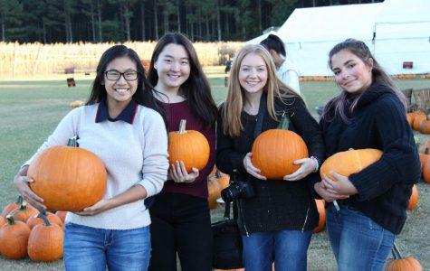 Students Volunteer at Country Pumpkins