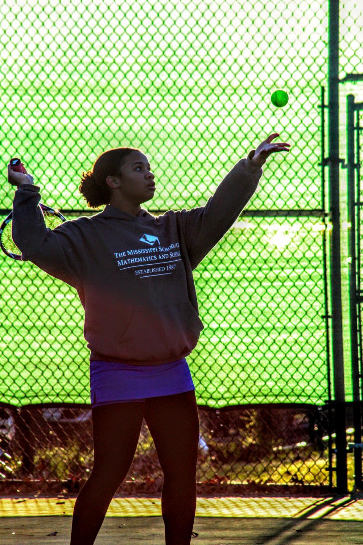 Samantha Anderson prepares a serve.
