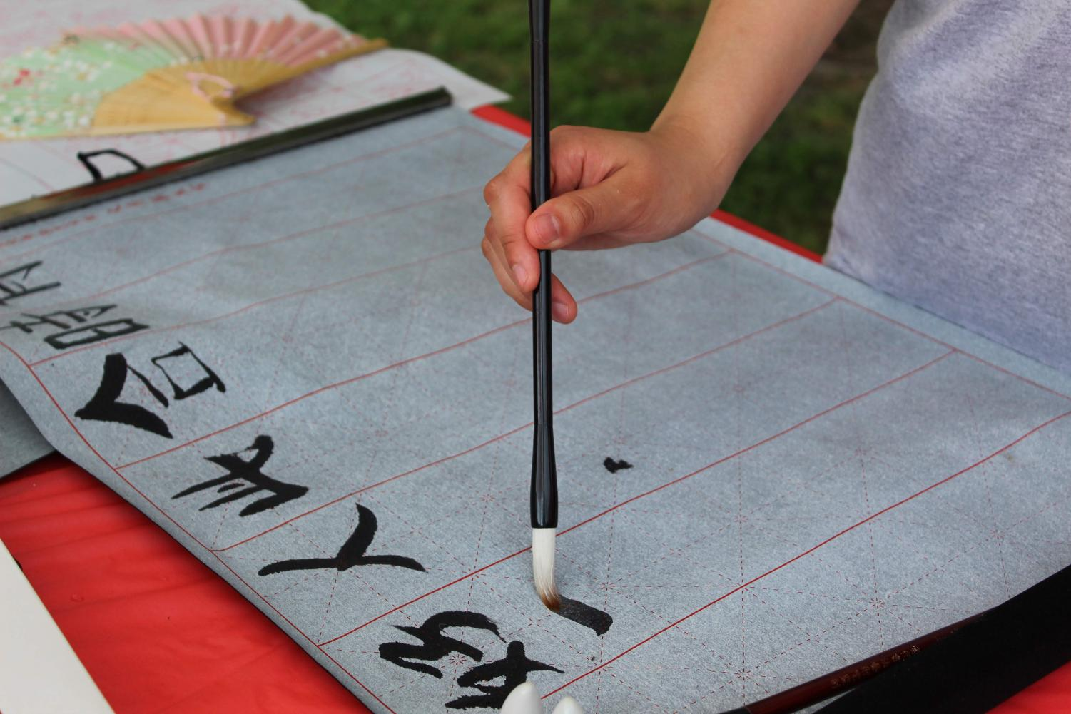 China%27s+representatives+demonstrate+Chinese+calligraphy.
