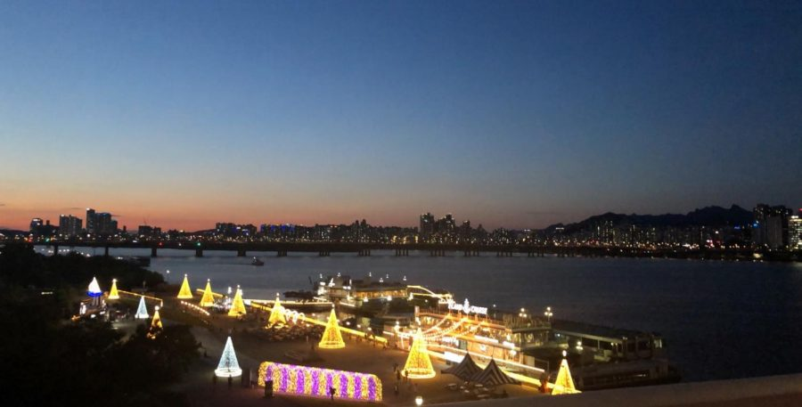 Seo spent an evening by the Han River and captured the night lights.