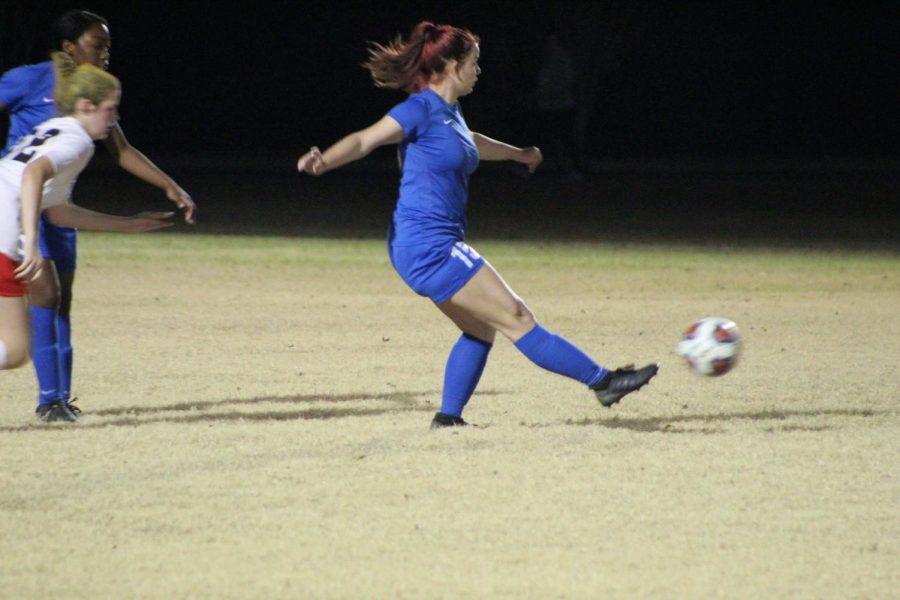 Junior Jordan Thompson passes the ball across the field to her teammates.
