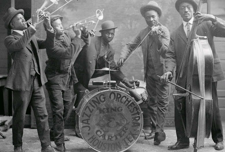 Picture+from+1921+that+demonstrates+the+music+during+the+peak+of+the+%22Jazz+Age.%22