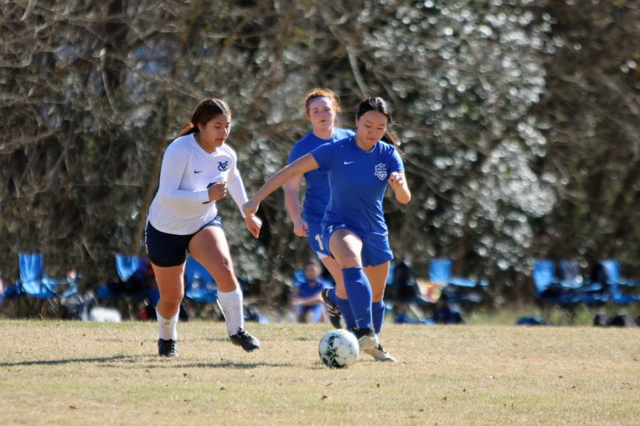 Junior Destiny Van (front center) leads in the race to get the ball.